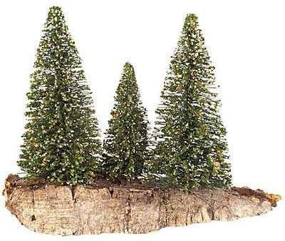 Groupe de 3 arbres vert foncé
