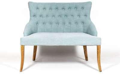 Sofa capitonné bleu pastel