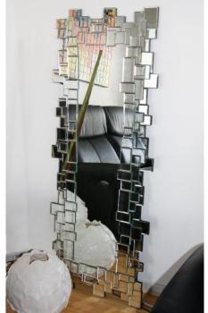 Long miroir au cadre multi-facettes